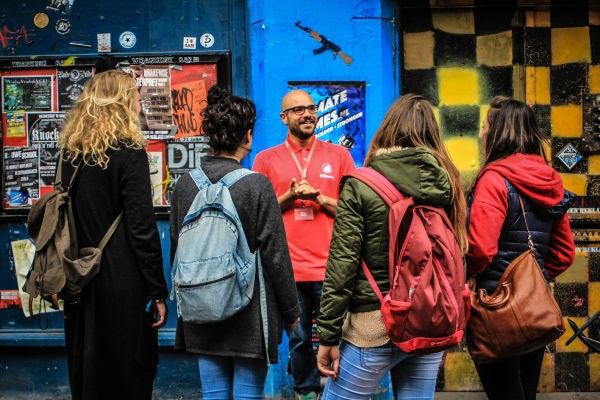 Sandemans Walking Tours | Tour guide explaining to tourists in Amsterdam