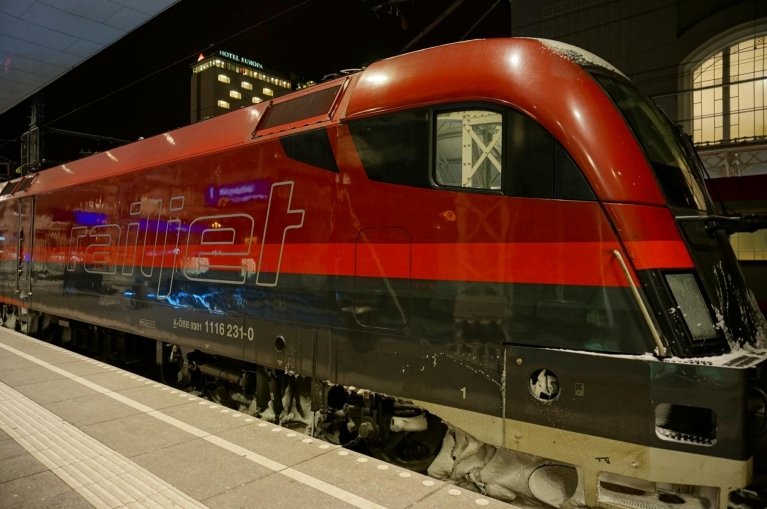 railjet_high-speed_train_at_train_station_salzburg_austria